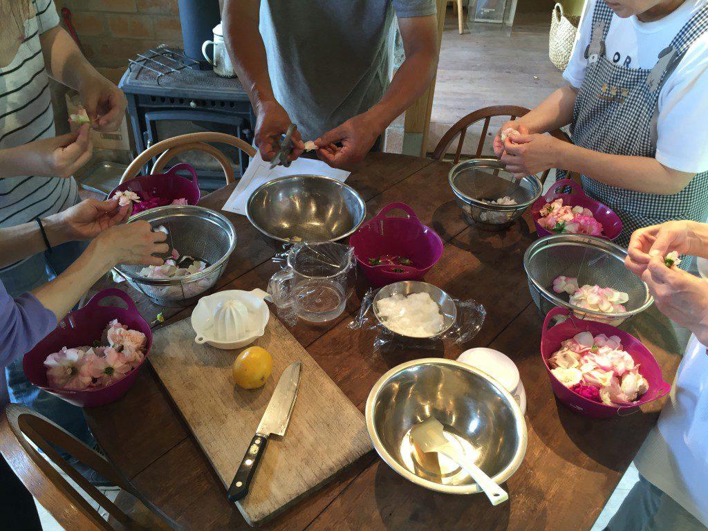 100輪のバラを使って濃厚薔薇ジャム作り体験